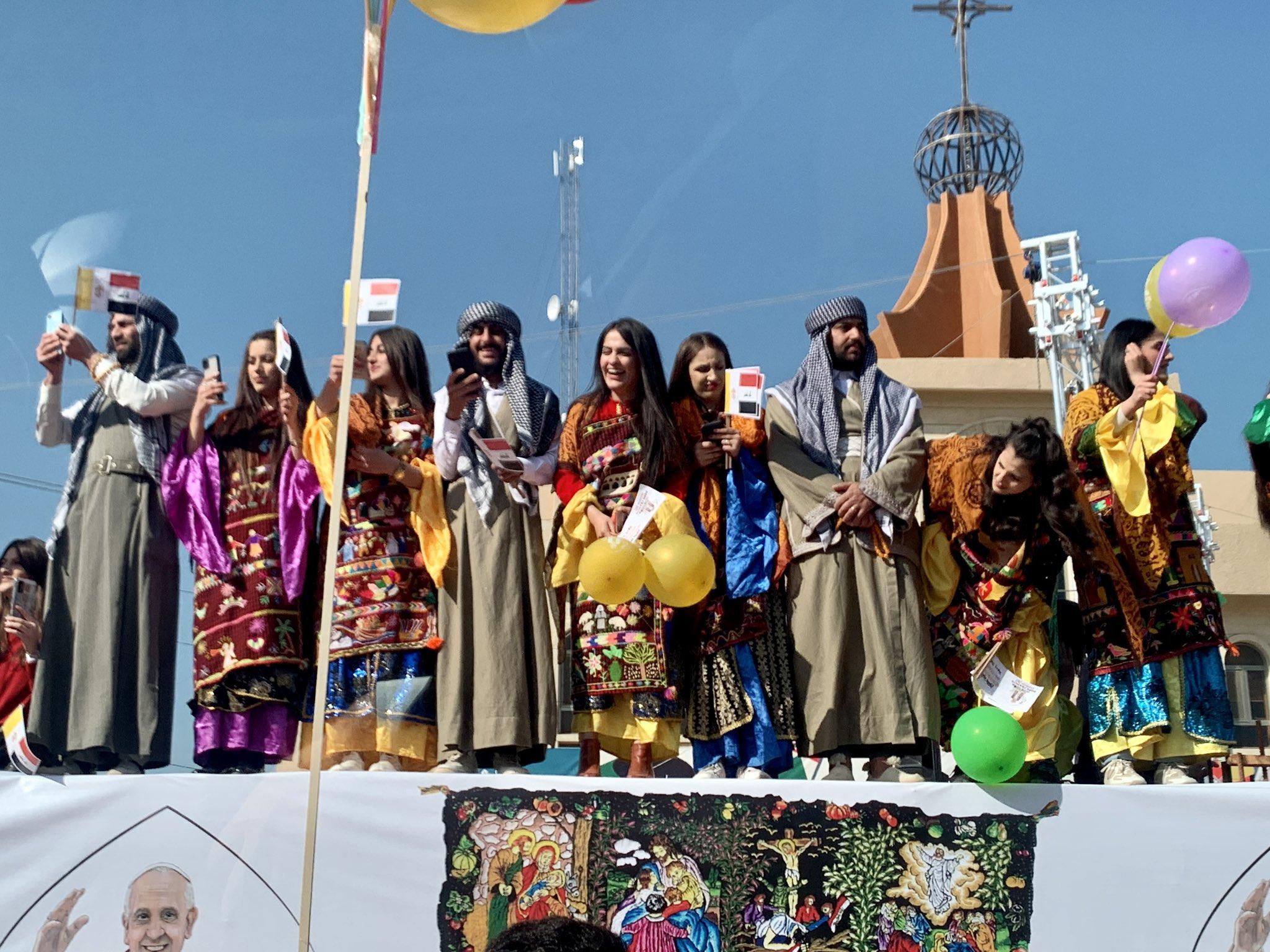 Los fieles de Qaragosh reciben con alborozo al papa