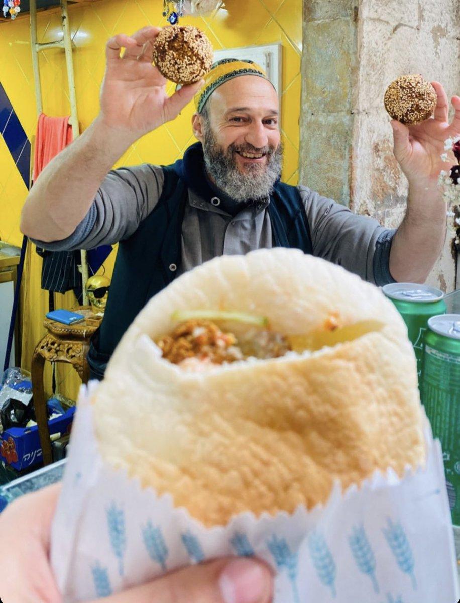 الحياة تعود الى مجراها في اسرائيل – يعتبر الفلافل من اكثر المأكولات شيوعاً في اسرائيل، نأمل ان نراكم هنا قريباً سكان دول…