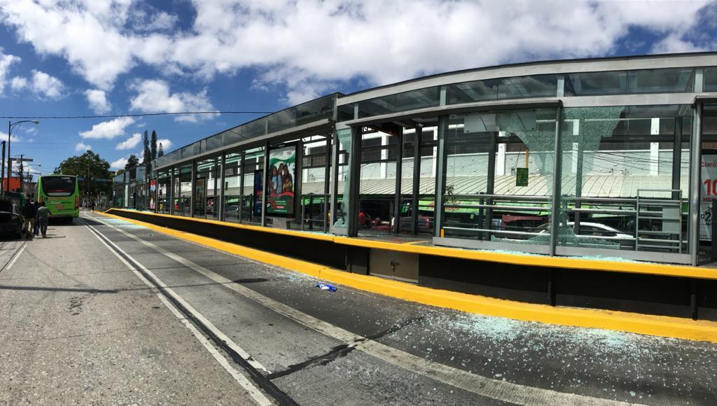 test Twitter Media - La estación de transmetro ubicada en la 18 calle fue cerrada por daños ocasionado en la protesta de esta mañana.Foto: José Orozco/LH https://t.co/m5VLIo1REq