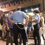 Image for the Tweet beginning: #Palermo, assembramenti davanti al locale: