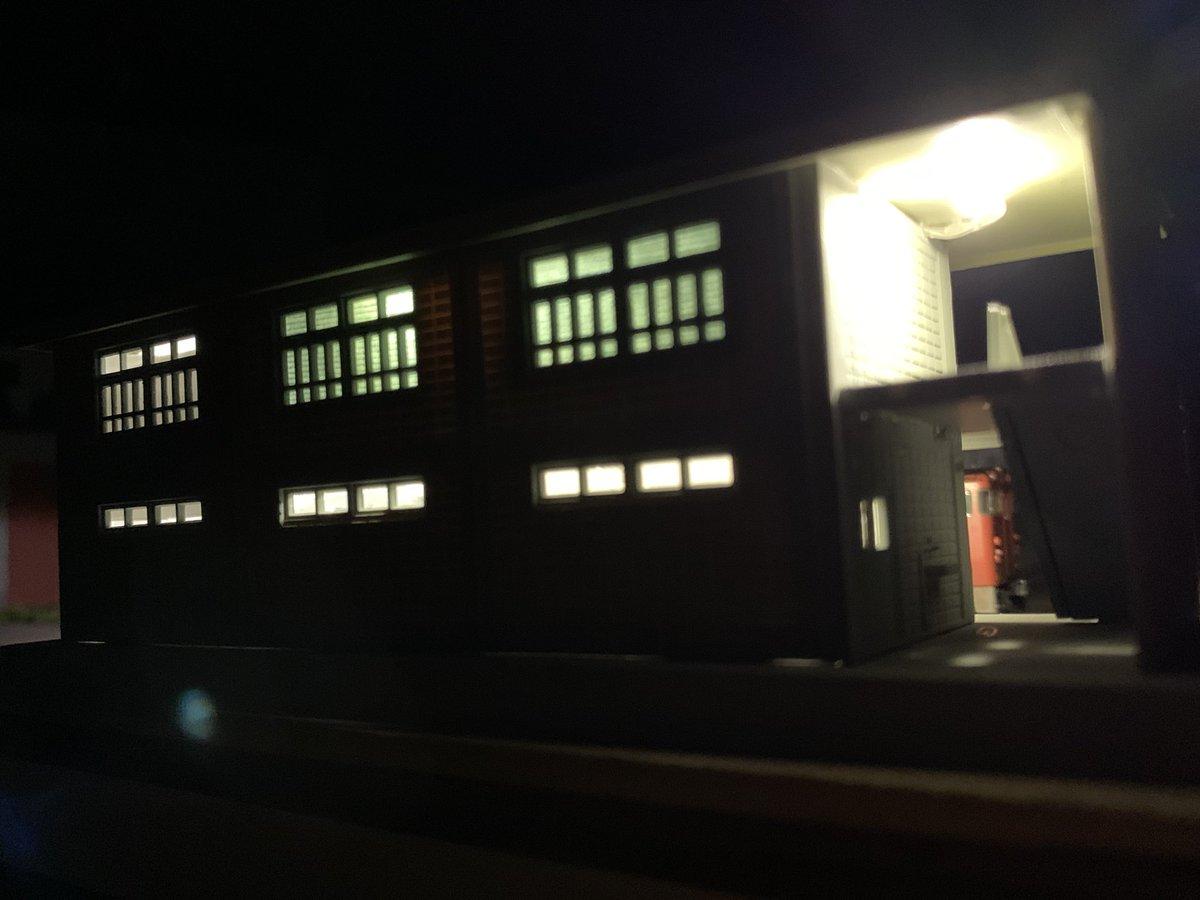 test ツイッターメディア - 【野間頭機関区モジュ】 詰所にセリア(110円)のLEDジュエリーライトを仕込みました😊 マイクラフトさん等のLED電飾に比べたらデカく仕上がりは良くないですけど安いので目を瞑ります😁 建物の中はテキトーでも遮光さえすれば普通に見れます❤️ #鉄道模型 #Nゲージ #ジオラマ #diorama  #セリア https://t.co/c73RdTbYK8