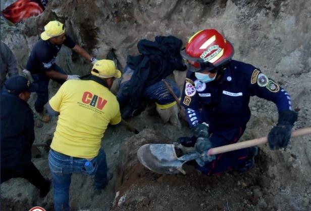 test Twitter Media - Bomberos Departamentales reportan accidente laboral producido a la altura del km 168 a Antigua Ixtahuacan, Sololá, los elementos reportan 2 personas fallecidas al quedar soterradas. Se trabaja en la recuperación de los cuerpos.Foto: Bomberos Municipales Departamentales. https://t.co/ILez4NLk9F