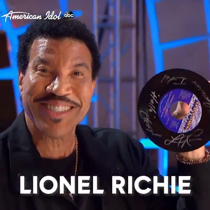 She didn't get a Golden Ticket, but she got a @LionelRichie autograph!  💿 ✍🏾 𝘓𝘪𝘰𝘯𝘦𝘭 ✍🏾 𝘙𝘪𝘤𝘩𝘪𝘦  @thisischerylk | #AmericanIdol https://t.co/pggY6hYUiX