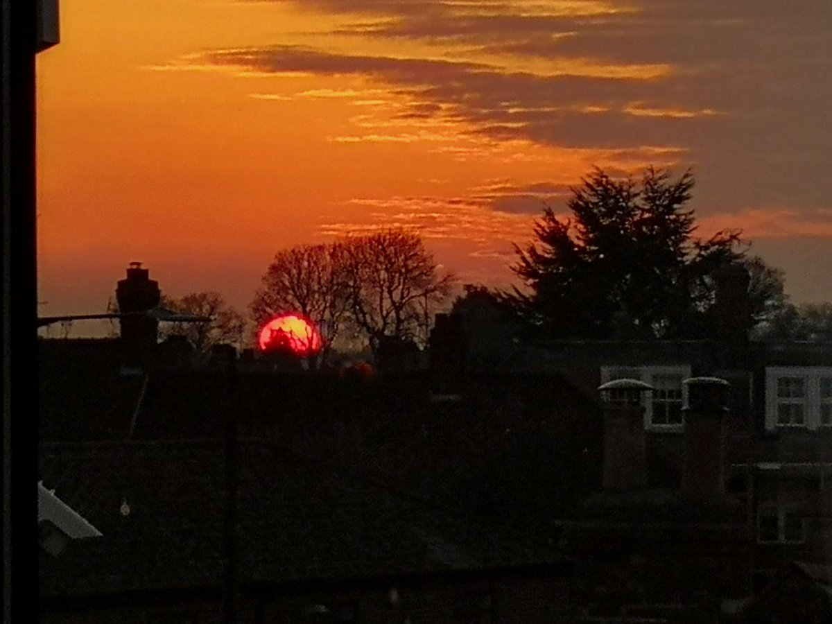 #SundaySunsets Sets on Another Day Tomorrow is a New Week a Chance to make a fresh start a New beginning a step closer to hopefully a more normal Life. Here's to a Positive New Week. #mondaythoughts #MondayMotivation