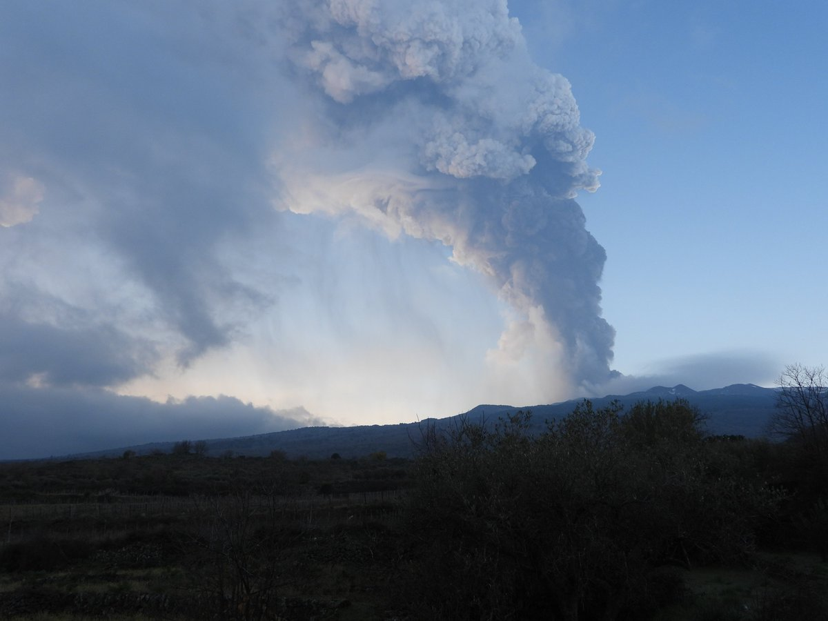 The 10th paroxysmal eruptive episode at #Etnas Southeast Crater on the morning of 7 March 2021 was rather violent & caused heavy pyroclastic fallout over villages & towns on the E flank (Milo, SantAlfio, Giarre). Photos taken in Passopisciaro (N flank) & Fornazzo (E flank)