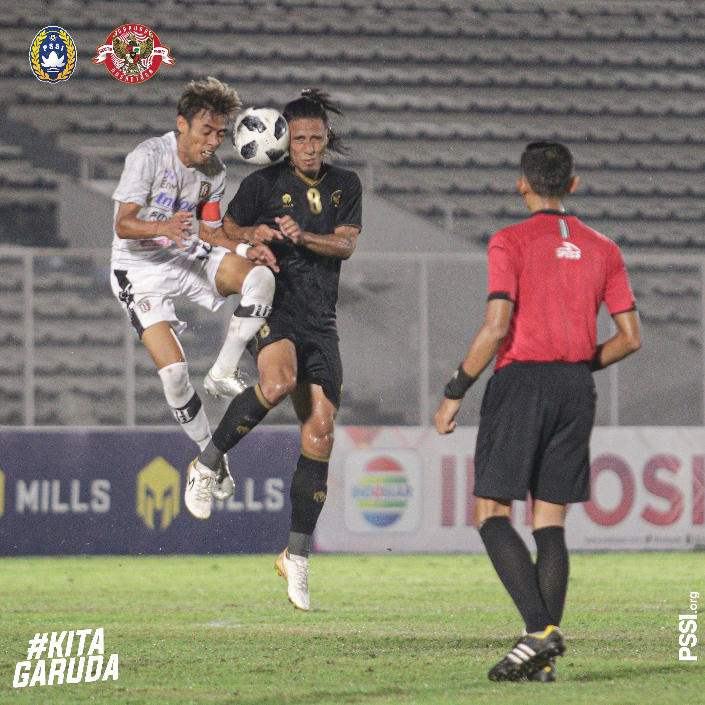 Duel udara Pemain Timnas U23 duel dengan pemain Bali United