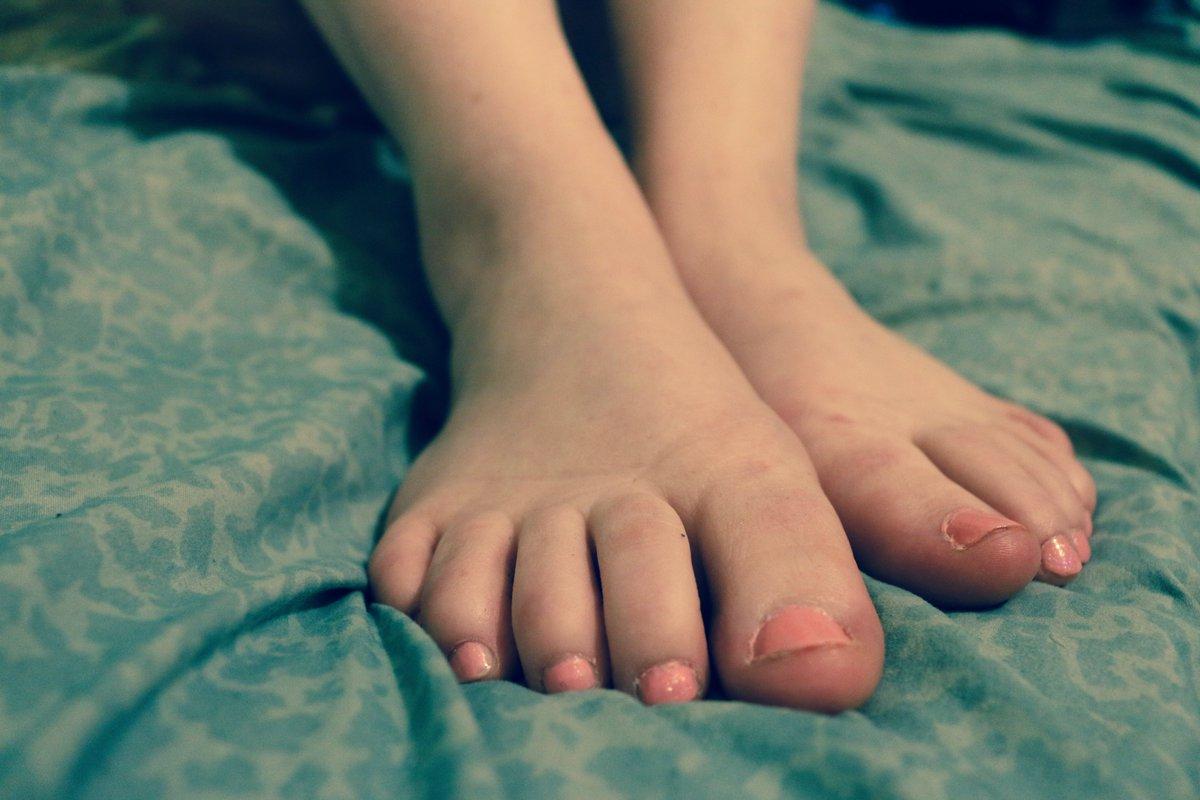 Hey Peaches!! Happy Monday!! #feet  #footfetısh #foot #toes #prettyfeet #toesspread #toe #onlyfans #feetfetish #footmodel #feetmodel #bbw #nailpolish #feetcanada #Canada #SugarBabies #mondaythoughts
