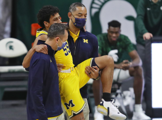 Gotta respect Juwan Howard for his genuine love towards his players. He carried his Senior Eli Brooks off the court after injuring his ankle against Michigan State yesterday!   #Michigan #MichiganState #JuwanHoward #Wolverines https://t.co/aXSfVv2FGQ