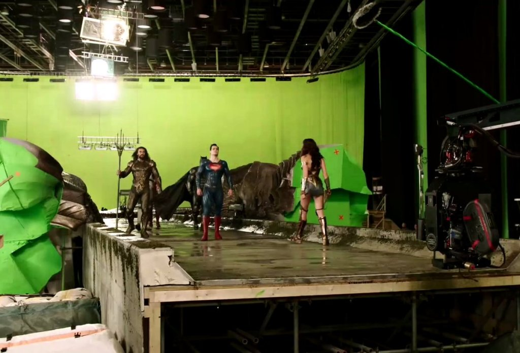 Justice league behind the scenes on the set  with Wonderwoman, Aquaman and Superman 🙂🦸♂️🦸♀️ #Superheroes #JusticeLeague #Wonderwoman #Superman #Aquaman #Filming #BehindTheScenes #Movies #FilmSet #Love #GreenScreen  pic-dceunited supermanhomepage