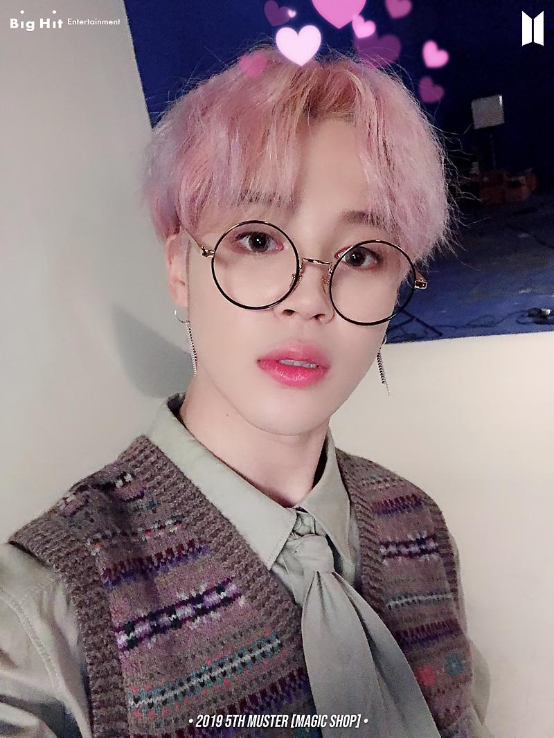 I have crush on this JIMIN with round specs🥺🥺