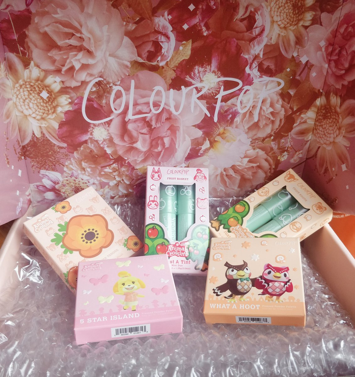 My #AnimalCrossingxColourpop finally came!!! I'm all aflutter (◕ᴗ◕✿)  Everything looks so amazing and just perfect 🌺 five stars!