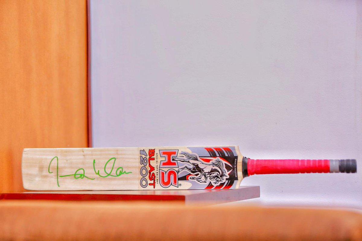 میں وزیراعظم عمران خان صاحب کے اس دستخط شدہ تحفے کا دل کی گہرائیوں سے مشکور ھوں اور ان کے اس پیار اور محبت کو رہتی دنیا تک یاد رکھوں گا ۔ان کی عمر درازی اور زندگی میں کامیابی کے لیئے ھمیشہ دعا گو ھوں!! شکریہ وزیراعظم عمران خان صاحب سری لنکا پاکستان دوستی زندہ باد 🇱🇰🇵🇰