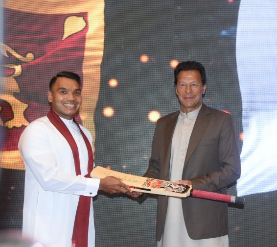 Sports and Youth Affairs Minister @RajapaksaNamal received a signed cricket bat by Pakistan PM @ImranKhanPTI today. Minister Namal hosted PM #ImranKhan for lunch today in the presence of athletes