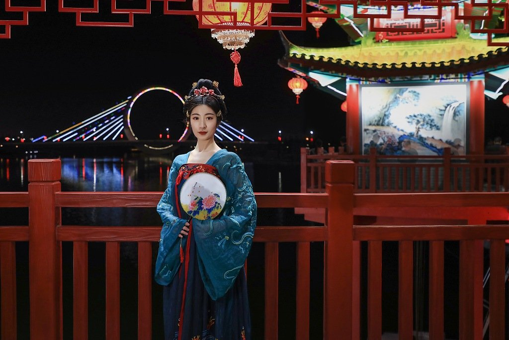 People wear Tang-style clothing to take photos at some landmarks in Zhengzhou, Henan province. #ChineseCulture #Hanfu