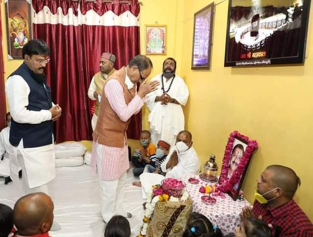 आज खातेगांव विधानसभा के लोकप्रिय लाड़ले विधायक प. @AshishsharmaIN के काकाजी स्व. श्री सत्यनारायण जी शर्मा को श्रद्धांजलि अर्पित करने प्रदेश के यशस्वी मुख्यमंत्री आदरणीय @ChouhanShivraj पधारे। सम्पूर्ण क्षेत्रवासी मुख्यमंत्री जी के आगमन से अभिभूत हुए। 💐🙏 https://t.co/7aBZLnlHQW