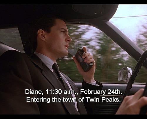 """""""Diane, 11:30 am, February 24th..."""" 32 anni fa Dale Cooper arrivava a Twin Peaks, varcando una delle soglie che avrebbe segnato per sempre la serialità televisiva. #twinpeaksday"""