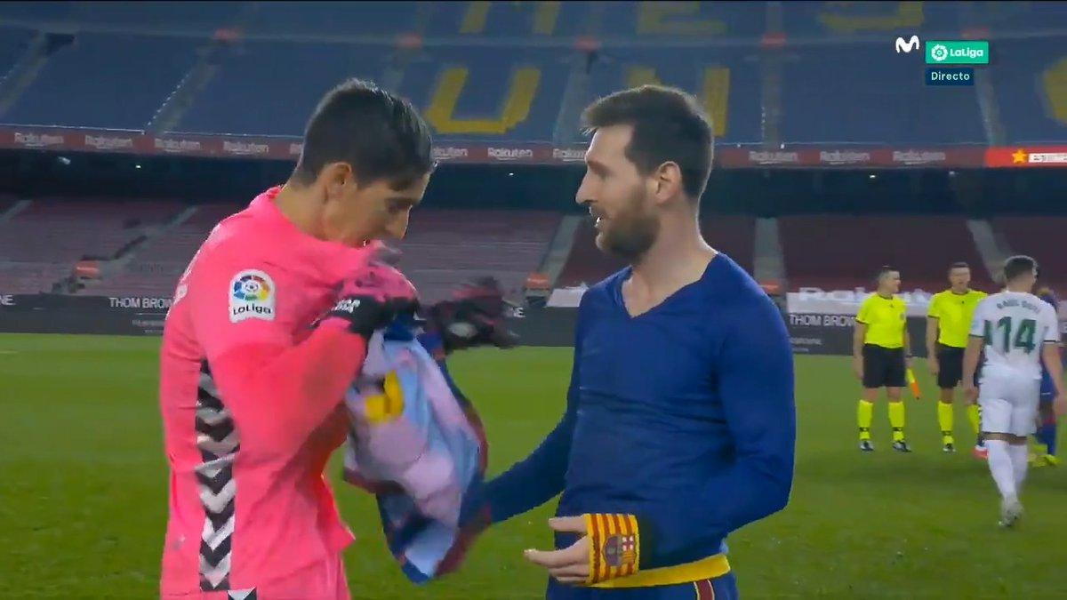Es Messi pero también quiere tu camiseta, @edgarbadia 😀😀😀 #LaCasaDelFútbol
