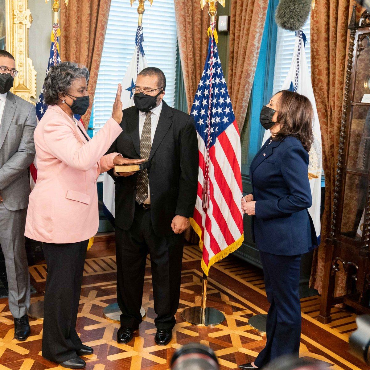 Today I swore in Linda Thomas-Greenfield as the U.S. Ambassador to the United Nations. An esteemed foreign service officer with decades of experience, she will be a champion for U.S. diplomacy at the UN and around the world. Congratulations @USAmbUN on this historic moment.