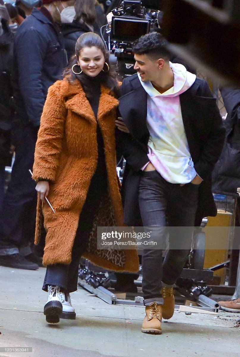 Selena on set of OMITB with Aaron👁️.