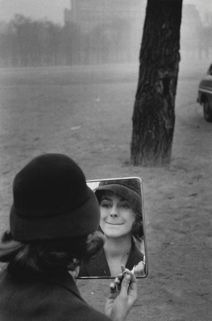 پاریس لهساڵی 1958.ئهم نازداره كه وا دیاره لهم وێنهیهدا جهخت لهسهر سواروی لێوی شهریفی دهكاتهوه، ئهگهر ئێستا لهژیاندا مابێت و عومری درێژی بۆ ئێوه جێنههێشتبێت.بووه به پیریێژنێكی هێنده ماندوو كه رهنگه سوراوی لێو كۆتا گرنگترین شت بێت بهلایهوه. Paris, 1958.