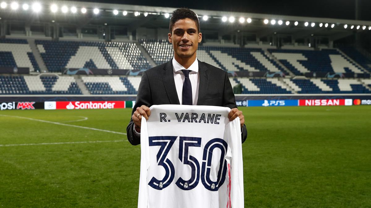 ✨👕⚽ ¡@raphaelvarane suma su partido número 3️⃣5️⃣0️⃣ con la camiseta del @RealMadrid! #RealFootball | #HalaMadrid