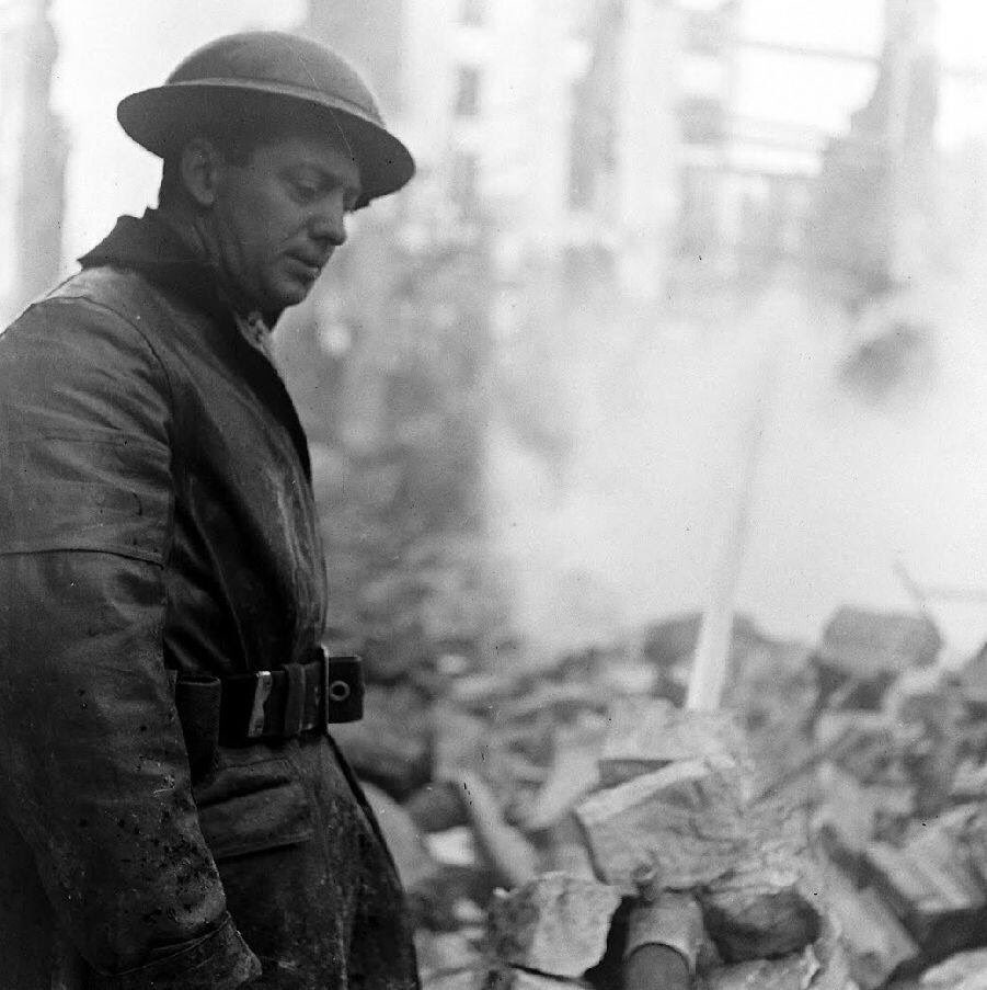 #HomeFront in #WW2: a long night on the pumps, London fireman during the 1940 Blitz. #BlitzSpirit https://t.co/CTPpjlP5Ih