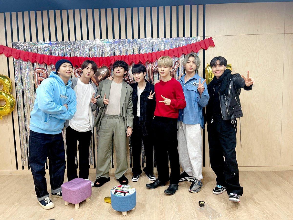 💜#BTS_BE 오늘의 방탄💜 210219 완전체소년단의 BE. T. S V LIVE!  BE 앨범은 이용당했다...!  (feat. Essential Edition)  ͡° ͜ʖ ͡°💜    #방탄소년단 #7방탄완전소중 #인터내셔널팝케이센세이션_중략_핫백1위그래미노미네이트BTS  @BTS_twt