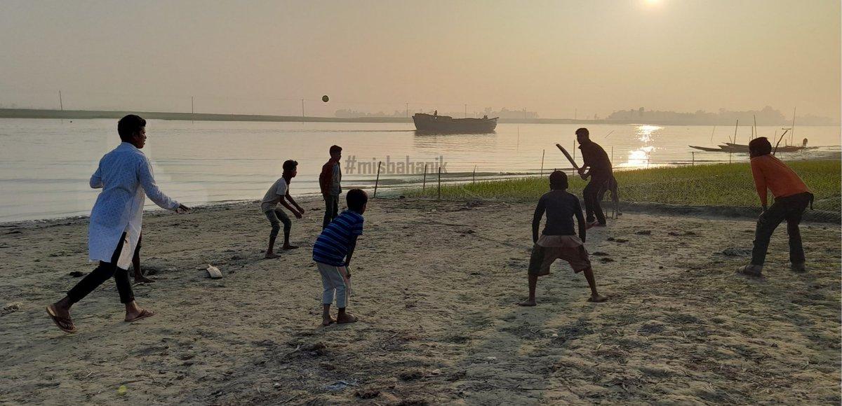 @espn Village cricket, on the banks of the Meghna river. 🧡🏏 Location: Kishoreganj District, Dhaka, 🇧🇩. Photo: Misbahul Islam Anik  #cricket #cricket4good #cricketforgood #lovecricket #icc #espn #cricinfo #espncricinfo #bangladesh #kishoreganj #misbahanik #sports #love
