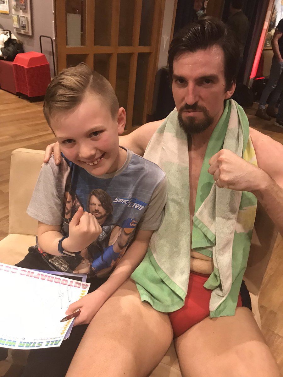 Congratulations to @HarlemBravadoNC on making it into the #WWE worked the crowds brilliantly whenever we've seen you and always had time for fans after, as per pic with my lad in 2019! 💪🏻🤛🏻 twitter.com/HarlemBravadoN…