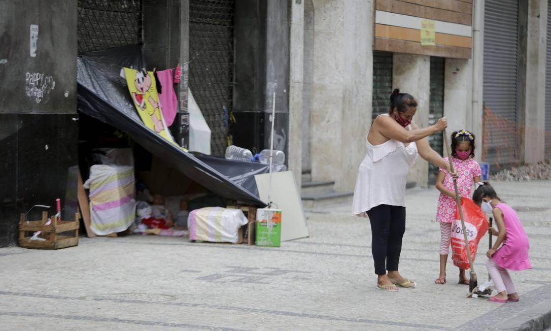 Cuidado de mãe e filhas com calçada no Centro do Rio chama a atenção: 'Tudo limpinho para elas'
