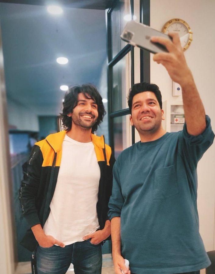 #KartikAaryan poses for a selfie with #Dostana2 director #CollinDCunha.