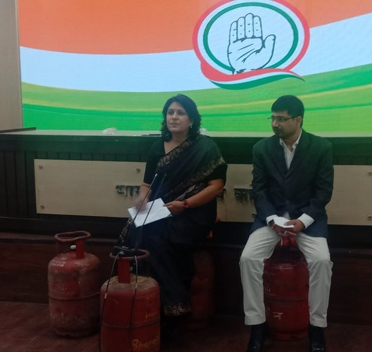 #Delhi   Congress' Supriya Shrinate and Vineet Punia sit on gas cylinders as they address the media over rise in fuel prices. #Congress #supriyashrinate #VineetPunia  #FuelPrices  #CGNews