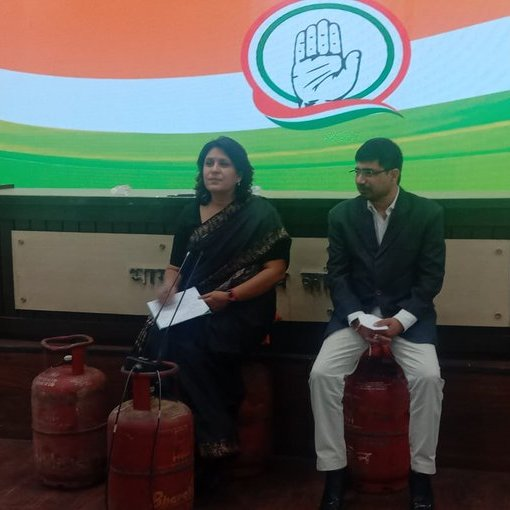 Congress #supriyashrinate  and #VineetPunia sit on gas cylinders as they address the media over rise in fuel prices. #Congress  #Delhi