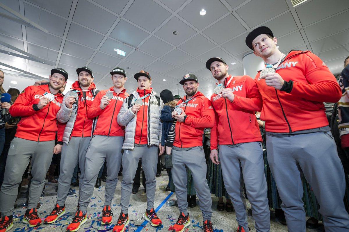 Wie die Zeit verfliegt, merkt man, wenn die Silbermedaille des @deb_teams bei den #OlympischenWinterspielen an diesem Tag schon wieder 3 Jahre her ist! Und heute gibt's auch #Eishockey und zwar gegen den @ERCIngolstadt. 🥈🥳🏒 #redbulls #miiinga #hockey 👉
