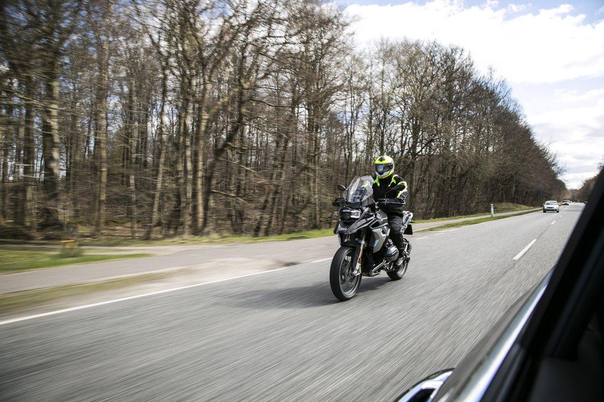Andre trafikanter overser lettere en motorcykel end en bil, og i mange trafikulykker har motorcyklisten kørt for stærkt.   Det kan have store konsekvenser, for motorcyklister er mere udsatte end bilister.  Husk altid at overholde hastighedsgrænserne, især på motorcykel. #politidk https://t.co/82EXTHTdyP