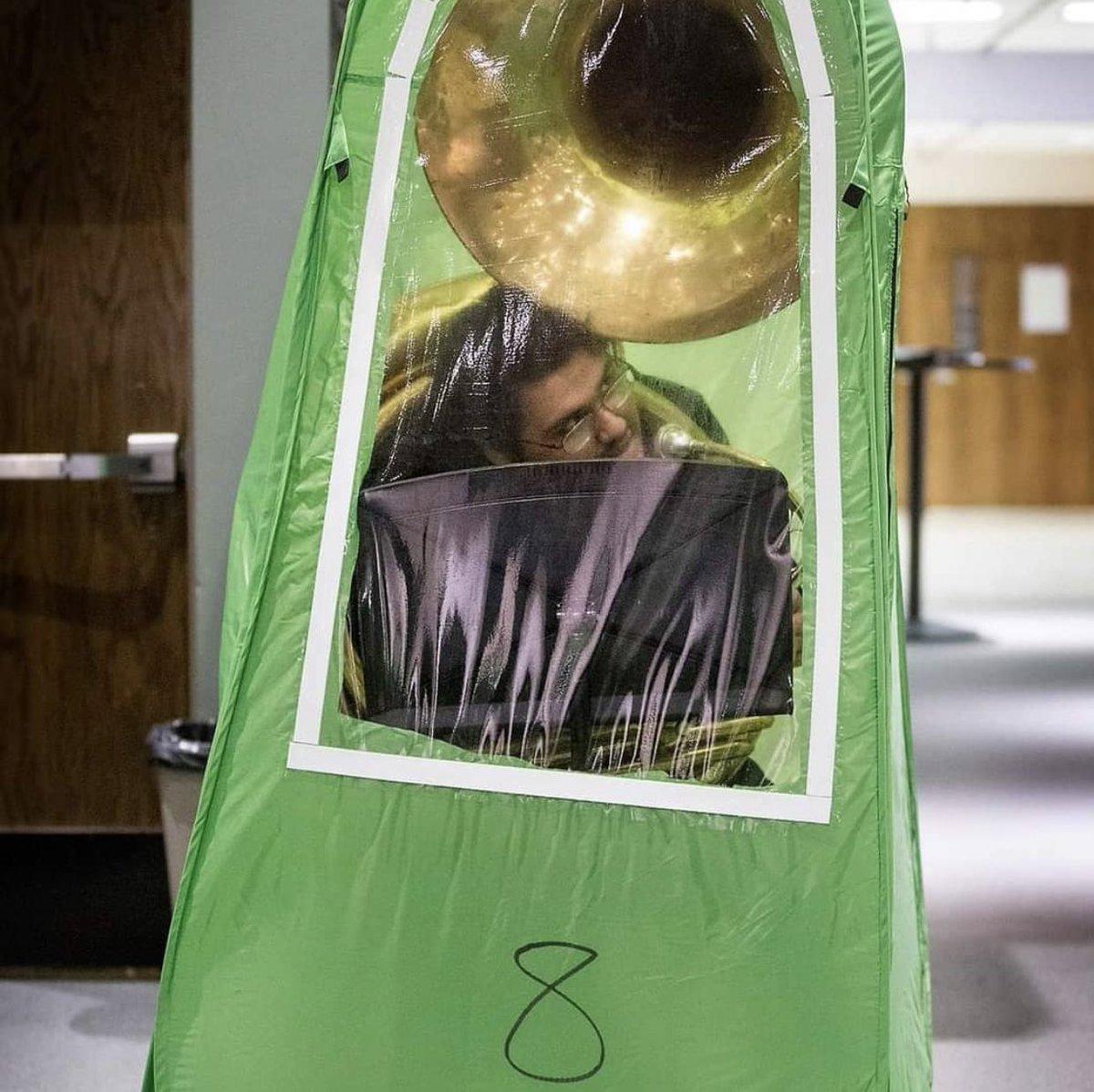 学校を再開したワシントン州ワナッチー市高校での吹奏楽部の練習風景が凄まじい。