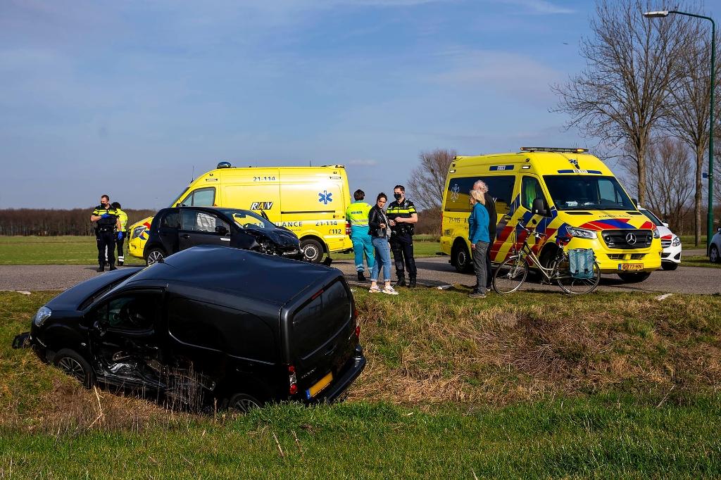 Auto's botsen op kruising Huizenbeemdweg - Gewandeweg - ..