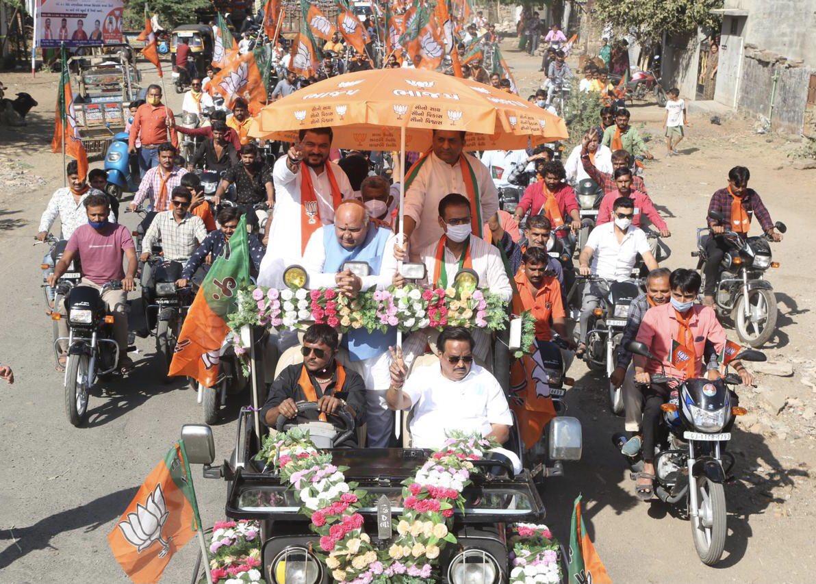 સ્થાનિક સ્વરાજ્યની ચૂંટણી અંતર્ગત જૂનાગઢ જિલ્લાના કેશોદ ખાતે જાહેરસભા સંબોધિત કરી. માન. મંત્રી શ્રી જવાહરભાઇ ચાવડા, સાંસદ શ્રી @RameshDhadukMP જી, શ્રી @rajeshchudasma જી, જૂનાગઢ જિલ્લાના પ્રમુખ શ્રી કિરીટભાઇ પટેલ, MLA શ્રી દેવાભાઈ માલમ સહિતના આગેવાનો-હોદ્દેદારો ઉપસ્થિત રહ્યા.