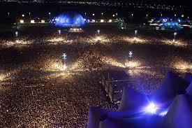 Em 2001, no Rock in Rio, o Iron Maiden fez um dos maiores shows da sua história, tocando para 250 mil pessoas.   A plateia da foto tem o mesmo número de vítimas de covid no Brasil (até agora).