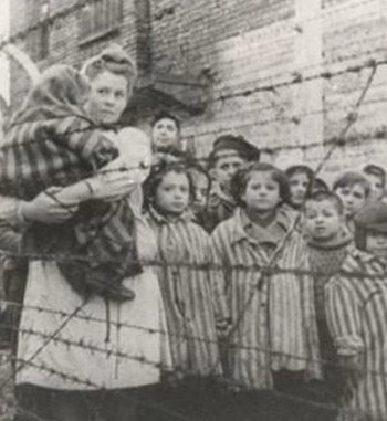 Los nazis separaron a Stanisława de sus tres hijos, quienes fueron enviados al campo de concentración de Mauthausen-Gusen en Austria.  Stanisława fue enviada a Auswitchz, un conjunto de diversoscampos de concentraciónyexterminiode laAlemania nazien losterritorios polacos.