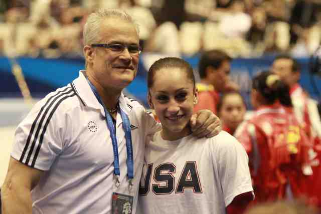 Un ancien entraîneur de l'équipe américaine de gymnastique inculpé pour agressions sexuelles