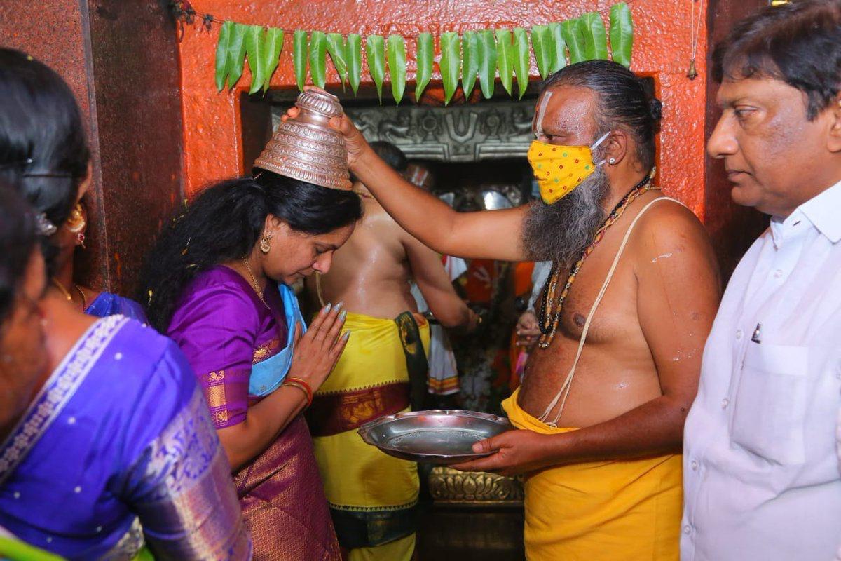 MLC @RaoKavitha akka to perform #HanumanChalisa Parayanam for 41 days from Chinna Hanuman Jayanthi to Pedda Hanuman Jayanthi.  The divine Chalisa is very powerful where one earns the merit of having the darshan of the 8 murtis, 12 jyotirlingas, 5 mukhs & 15 eyes.  #JaiHanuman 🙏