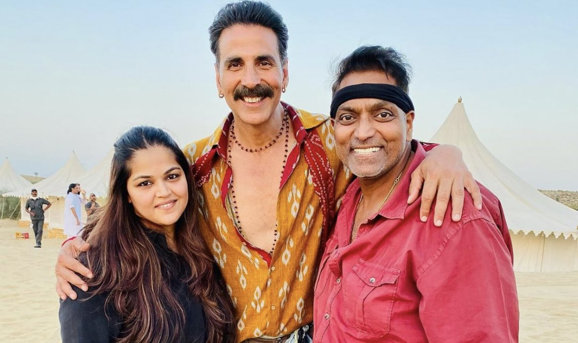 Akshay sir snapped along with Ganesh Acharyaa and his team member on the sets of #BachchanPandey
