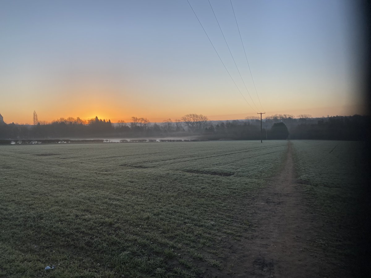 Run 37 of the year 2021.   3 slow miles to loosen my legs off before a circuit session.   What a beautiful sunrise 🌅   Keep going everybody. Just keep going. #High5 @newlevelscoach