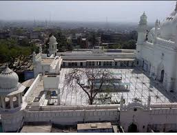 Jama Masjid #Aligarh is among the most beautiful mosques in UP. It is also very well looked after. This was constructed by Nawab Sabat Khan. Its construction started in 1714 n completed in 1741. Legends say that huge amount of gold is used in the Minars of this beautiful mosque