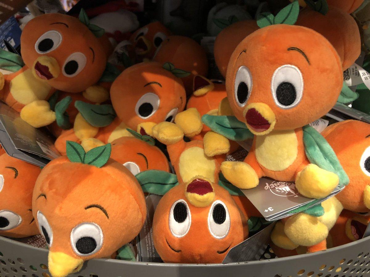 新しい肩にのるぬいぐるみは  オレンジバード🍊🧡  可愛いし、今年のフラワーアンドガーデンのグッズのスピリットジャージもオレンジ バードだし、パーク内で #オレンジバード みる機会が増えそうです  #海外ディズニー #ディズニーワールド #ディズニーグッズ