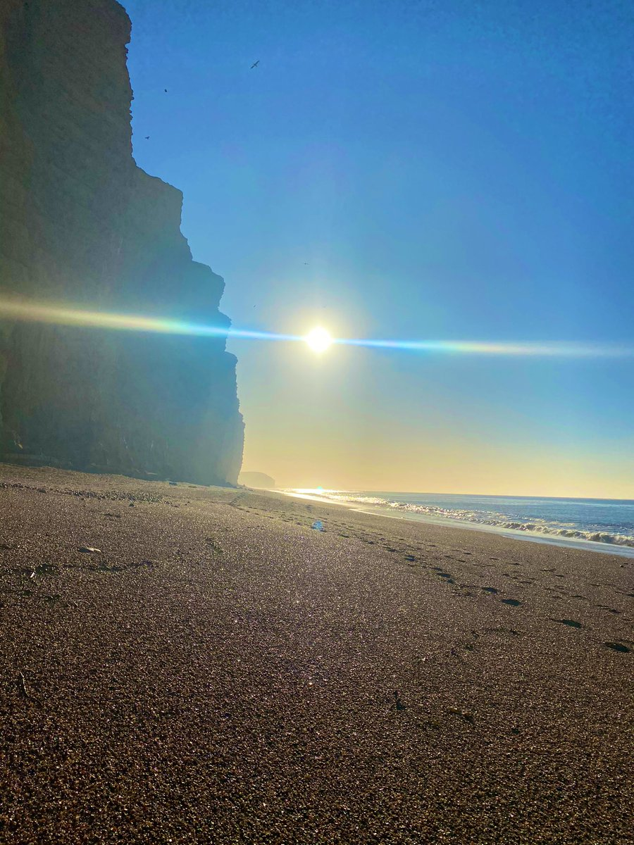 Steady morning beach run, so happy to see that sunshine beaming ☀️🌊🏃🏼♀️ @UKRunChat  #ukrunchat #beach #dorset #views #jurassiccoast #sunshine