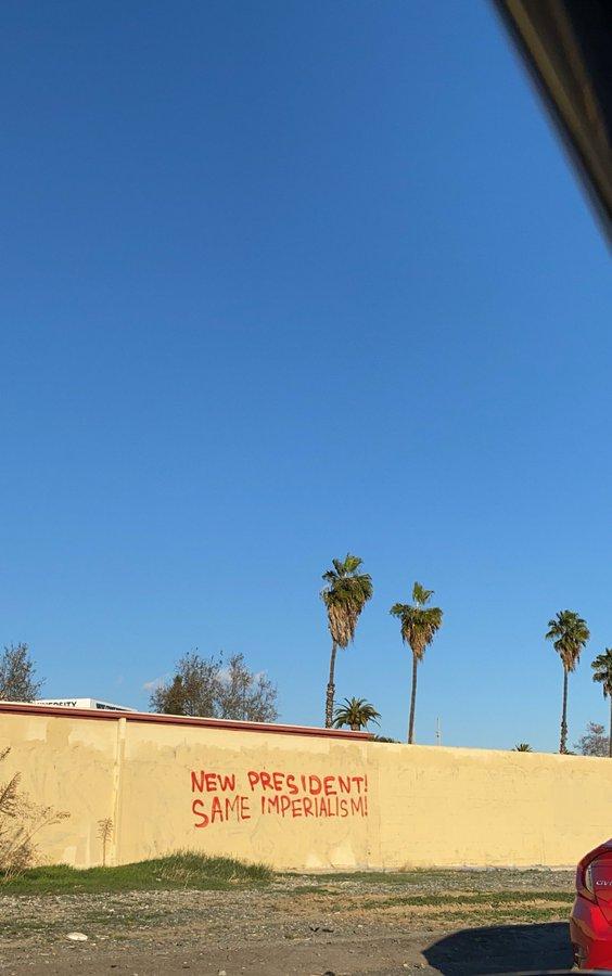 """#ABD/#LosAngeles'te bir duvar yazısı... """"Yeni başkan! Aynı emperyalizm!"""" #BLM #Trump #Biden"""