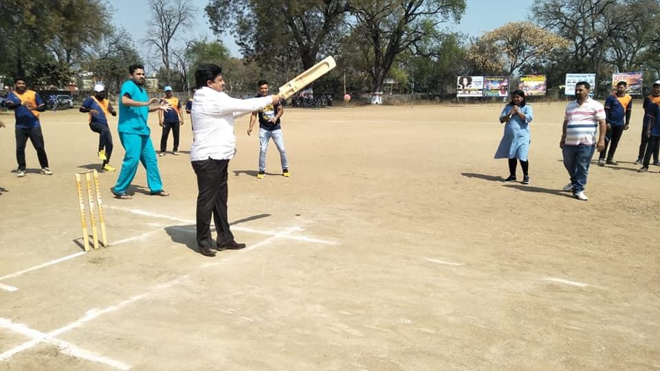 चंद्रपूर जिल्ह्य़ातील हिंदुस्तान प्रीमियर लीग क्रिकेट टूरनामेंटच्या उद्घाटनाप्रसंगी उपस्थित आमदार अभिजीत वंजारी. #cricket #inauguration #CricketTournament #tournament #Chandrapur #abhijitwanjarri #Congress #MLC