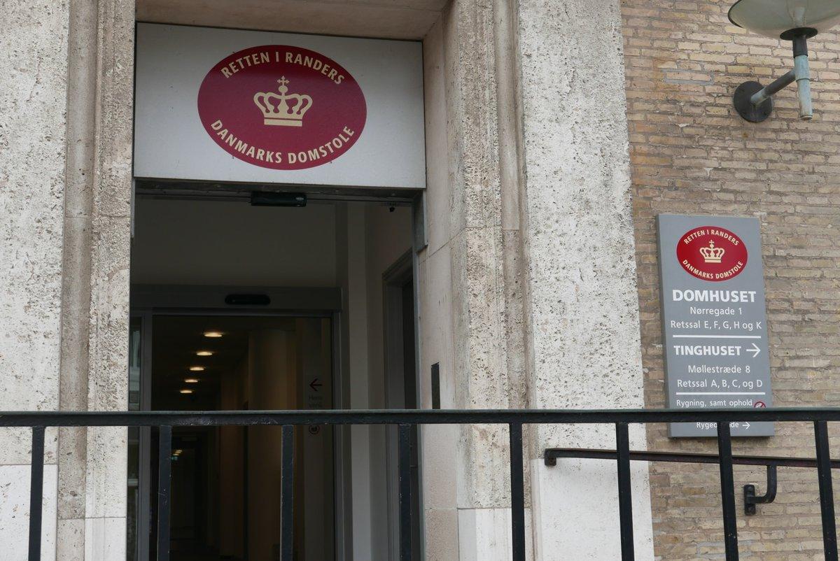 En 41-årig mand er ved Retten i Randers blevet idømt to et halvt års ubetinget fængsel for at have været i besiddelse af et oversavet jagtgevær i sin lejlighed i Randers. #politidk #anklager  https://t.co/l9GAr9N0tK https://t.co/ZYoN21MioA